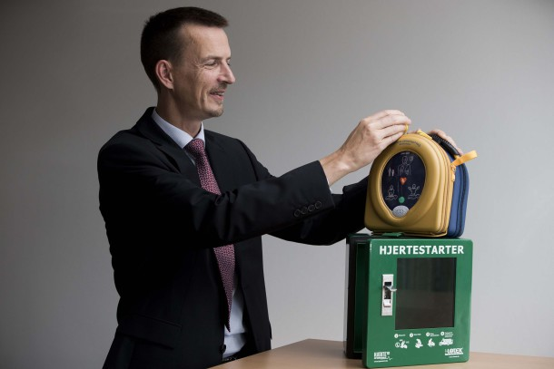Allan Nykjær Pedersen, Chief Operating Officer of Lotek A/S with a HeartSine AED.