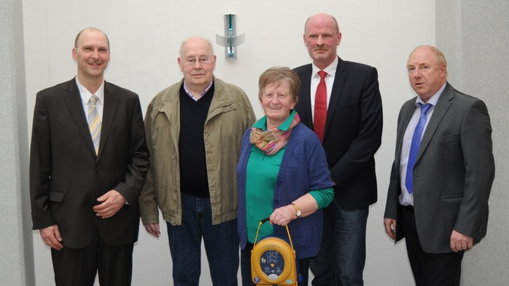1004-bkr-gemeinde-berge-defibrillator-volksbank_full